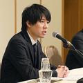業務改善命令を受け、会見するコインチェックの和田晃一良社長(左)