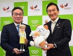 カラオケ「まねきねこ」を展開するコシダカHDの腰高博社長(左)と。危機後を見据えている =今月6日