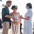 メーガン妃、妊娠公表直後からお腹を抱える仕草が話題に(画像は『Kensington Palace 2018年10月22日付Instagram「Thank you to everyone at Kingfisher Bay Resort Jetty on Fraser Island that came out to welcome The Duke and Duchess of Sussex today!」』のスクリーンショット)