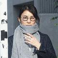 高級住宅地を歩く石田ゆり子 私生活でも「奇跡のアラフィフ」