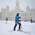 スペイン・マドリードのシベレス広場でスキーをする人(2021年1月9日撮影)。(c)GABRIEL BOUYS / AFP