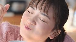 コーンクリームにディップしたトーストを食べた永野芽郁が幸せそうな表情を見せる