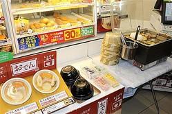 レンジで温めて提供されるおでん=14日、ファミリーマート サンシャイン南店(手塚崇仁撮影)