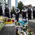 英ロンドン南部のクロイドン留置施設前で、死亡したマティウ・ラターナ巡査部長を悼む警官ら(2020年9月25日撮影)。(c)DANIEL LEAL-OLIVAS / AFP