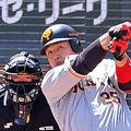 1回2死一塁、中越えに今季1号となる先制の2点本塁打を放つ岡本和真