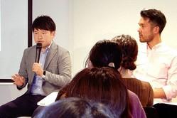 Lean In Tokyo主催のイベントで、NPO法人ファザーリング・ジャパンの理事を務める西村創一朗さん(前左)と、パートナーの名前を踏まえて改姓した松尾ポスト脩平さんが、男性の生きづらさや解消方法について話し合った=11月17日、東京都港区