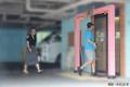 距離を取りながらホテルの出入り口へ向かう二人(撮影・末松友幸)