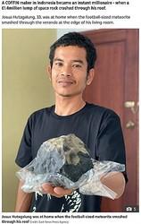 落下した隕石で億万長者になった男性(画像は『The Sun 2020年11月17日付「DEAD LUCKY Indonesian coffin maker becomes instant millionaire after £1.4million SPACE ROCK crashes through his roof」(Credit: East News Press Agency)』のスクリーンショット)