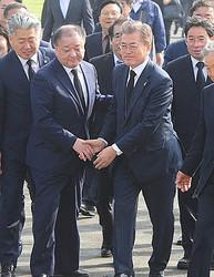 駐日韓国大使に任命された姜昌一(カン・チャンイル)氏と文大統領