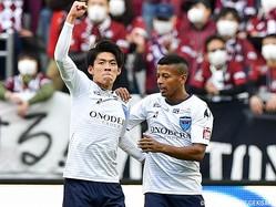 開幕ゴールを決めた明治大出身のMF瀬古樹(横浜FC、写真左)
