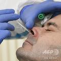新型コロナウイルス検査を受ける男性(2020年10月13日撮影、資料写真)。(c)THOMAS KIENZLE / AFP