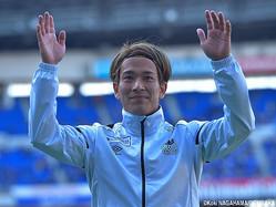 サポーターの声援に応えるガンバ大阪MF矢島慎也