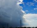 ゲリラ豪雨と青空の境目を撮影「神秘的」などと称賛する声