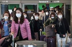 米ロサンゼルス国際空港で、新型コロナウイルスの感染を防ぐためマスクをつけてアジアから到着した乗客(2020年1月29日撮影)。(c)Mark RALSTON / AFP