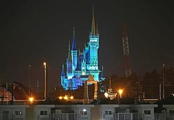 医療従事者への感謝の意を込めて青色に染まる東京ディズニーランドのシンデレラ城=5月15日(鈴木健児撮影)