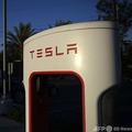 米電気自動車大手テスラのロゴ。カリフォルニア州ホーソーンの電気自動車用充電ステーションで(2021年1月4日撮影、資料写真)。(c)Patrick T. Fallon / AFP
