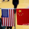 米中両国の国旗(2018年11月6日撮影、資料写真)。(c)Johannes EISELE / AFP