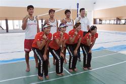 インドアコートで笑顔を見せる川合GM兼監督(後列右端)と7選手