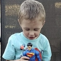 超低出生体重児だった男児、4歳になりこんなに大きく(画像は『Metro 2020年10月23日付「Premature baby born the size of a Superman toy miraculously survives and thrives」(Picture: Valerie Ray / SWNS.COM)』のスクリーンショット)