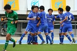 決勝ゴールが決まり、武田義臣のもとに駆け寄る実践学園イレブン。苦難を乗り越えての選手権だ。写真:山�賢人(サッカーダイジェスト写真部)