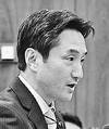 (写真)参考人に質問する藤野議員=3日、衆院法務委