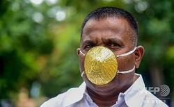 インド・プネで、金のマスクを着用する実業家のシャンカル・クラディさん(2020年7月4日撮影)。(c)Sanket WANKHADE / AFP