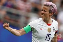 女子サッカーW杯フランス大会での対スペイン戦でゴールを決め喜ぶ米国のミーガン・ラピノー選手(2019年6月24日撮影)。(c)Lionel BONAVENTURE / AFP