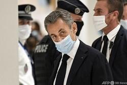 仏パリの裁判所に到着したニコラ・サルコジ元大統領(2020年11月23日撮影)。(c)Bertrand GUAY / AFP
