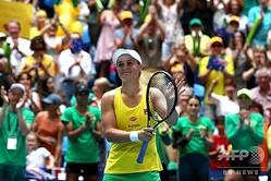 女子テニス国別対抗戦フェドカップ、ワールドグループ決勝、オーストラリア対フランス。勝利を喜ぶオーストラリアのアシュリー・バーティ(2019年11月9日撮影)。(c)Tony ASHBY / AFP