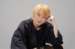 ガチの金髪に挑戦! お笑いトリオの一人を演じる神木隆之介  - (C)日本テレビ