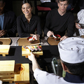 寿司を食べる外国人(写真:gettyimages)
