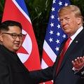 シンガポールで会談を行った、米国のドナルド・トランプ大統領(右)と北朝鮮の金正恩(キム・ジョンウン)朝鮮労働党委員長(2018年6月11日撮影)。(c)SAUL LOEB / AFP