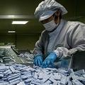 韓国中部・清洲近郊の工場で新型コロナウイルスの検査キットを製造する作業員ら(2020年3月27日撮影、資料写真)。(c)Ed JONES / AFP
