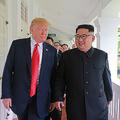 2018年6月12日、シンガポールで首脳会談を行った金正恩氏とトランプ氏(朝鮮中央通信)