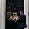 英首相官邸へ、在英パキスタン大使館からの花束を届ける人(2020年4月7日撮影)。(c)Tolga AKMEN / AFP
