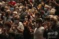 フランス東部ミュルーズの劇場で、マスク姿で拍手する人々(2020年9月23日撮影、資料写真)。(c)SEBASTIEN BOZON / AFP