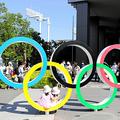 国立競技場近くに有る五輪マークのモニュメントには多くの人が訪れ、記念撮影をしていた=2021年7月22日午後3時14分、東京都新宿区、杉本康弘撮影