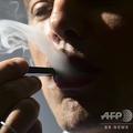 電子たばこを利用する男性(2018年10月2日撮影、資料写真)。(c)EVA HAMBACH / AFP