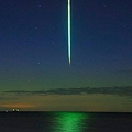 幻想的な「垂直に落ちる」流れ星に称賛の声 デンマークで観測