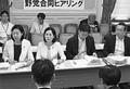 (写真)収賄疑惑について文科省の説明を聞く日本共産党の畑野君枝衆院議員(前列左から2人目)ら野党議員=31日、国会内