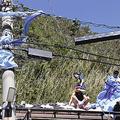 破れたブルーシートを撤去する住民たち。電線には飛ばされたシートが引っかかっている(13日、千葉県鋸南町で)=尾藤泰平撮影