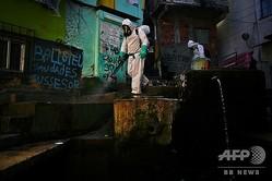 ブラジル・リオデジャネイロで消毒作業を行うボランティア(2020年8月1日撮影)。(c)CARL DE SOUZA / AFP