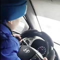 ハンドルを操る6歳男児(画像は『The Sun 2019年11月18日付「'I REGRET NOTHING' Mum films boy, 6, speeding down motorway at 80mph and says she's 'proud' he can drive so well」(Credit: East2west News)』のスクリーンショット)