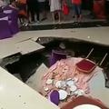 河北省石家荘市で21日、結婚披露宴の会場の床に突然大穴が出現し、テーブルを囲んでいた6人が転落した。