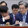 国会運営委員会に出席した盧氏(右)=6日、ソウル(聯合ニュース)