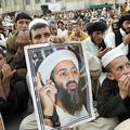 パキスタン・クエッタで開かれたイスラム教政党ジャミアト・ウレマ・エ・イスラムの反米集会で、ウサマ・ビンラディン容疑者の写真を掲げる男性(2012年5月2日撮影、資料写真)。(c)BANARAS KHAN / AFP
