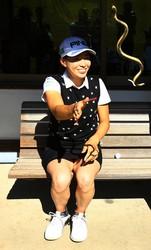 ヘビのおもちゃで遊ぶシブコ(撮影:村上航)
