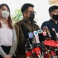 香港の裁判所前で記者会見する民主活動家の(右から)黄之鋒(ジョシュア・ウォン)氏、林朗彦(アイバン・ラム)氏、周庭(アグネス・チョウ)氏(2020年11月23日撮影)。(c)Peter PARKS / AFP