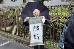 最高裁で勝訴の報告をする阿部弁護士(撮影・粟野仁雄)