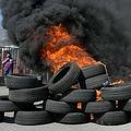 スペイン・バルセロナの日産自動車工場の前で、タイヤを燃やし工場閉鎖に抗議する従業員ら(2020年5月28日撮影)。(c)LLUIS GENE / AFP